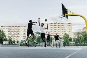 ragazzi che giocano a basket in città