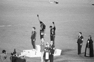 Tommie Smith e John Carlos fanno il saluto delle Pantere nere alle Olimpiadi del 1968