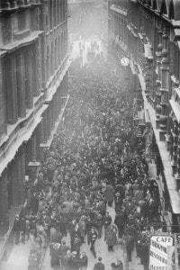 Sospensione del Gold Standard. Folla radunata in Throgmorton Street, fuori dalla Borsa di Londra, 1931 circa