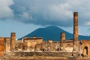 Rovine di Pompei con il Vesuvio sullo sfondo