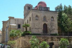 Palermo, Chiesa di San Giovanni degli Eremiti. Dopo la conquista islamica della Sicilia la chiesa fu trasformata in moschea ma con l'arrivo dei normanni fu restituita ai cristiani