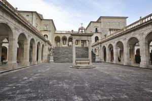 Abbazia di Montecassino: monastero benedettino. San Benedetto da Norcia fondò qui il suo primo monastero, fonte dell'Ordine benedettino, intorno al 529