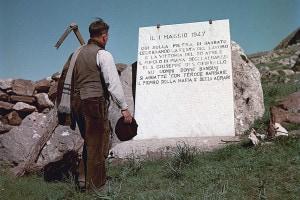 Portella della Ginestra (Palermo): un contadino rende omaggio alle vittime della strage del 1947