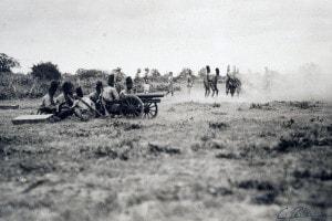 Colonialismo italiano in Africa orientale, XIX secolo: la foto mostra ufficiali italiani che addestrano truppe indigene ad usare l'artiglieria