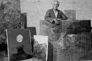 L'artista tedesco Max Ernst (1891-1976) con alcune sue opere in Francia, circa 1955