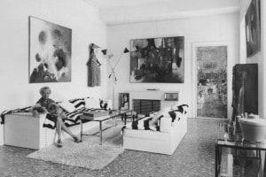 La collezionista d'arte americana Peggy Guggenheim (1898-1979) nella sua casa di Venezia con i suoi cani, dicembre 1961