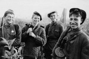 Un gruppo di giovani partigiani che hanno appena dato fuoco a un junkers-52, un aereo da trasporto tedesco che ha effettuato un atterraggio forzato. Seconda guerra mondiale