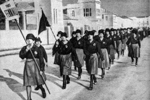 Donne fasciste in parata indossano le famose camicie nere. Italia, 1920