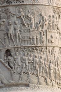 Particolare della scultura in rilievo che gira a spirale intorno alla Colonna Traiana a Roma. I rilievi raffigurano le vittorie di Traiano sui Daci