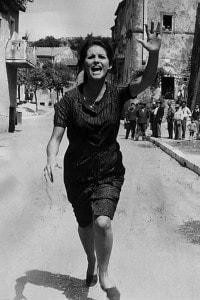 """Claudia Cardinale interpreta la domestica Assuntina nel film """"Quel maledetto imbroglio"""" di Pietro Germi, una rielaborazione del romanzo Quer pasticciaccio brutto de via Merulana di Gadda"""