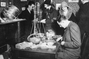 Un uomo pesa l'oro dopo il rialzo del gold standard nel 1931
