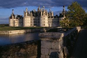 Castello di Chambord in Francia. Fossato decorativo in primo piano