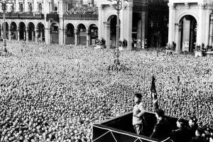 Fascismo e propaganda: folla radunata per ascoltare un discorso di Mussolini