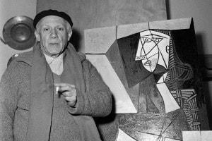 Picasso di fronte a una delle sue opere