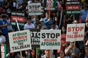 Afghani protestano contro il ritorno dei talebani