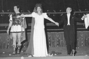 """Da sinistra a destra: il baritono Ettore Bastianini, il soprano Maria Callas e il direttore Antonino Votto. Esecuzione del """"Poliuto"""" di Donizetti alla Scala di Milano, 7 dicembre 1960"""