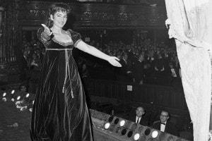 Maria Callas esce dal palco dopo un'esibizione, 1965
