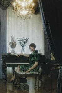 La cantante lirica Renata Tebaldi (1922-2004) seduta al pianoforte a Milano, 1960