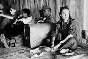 Una fotografia che ritrae la giornalista Oriana Fallaci all'interno di un aereo insieme ad alcuni militari americani