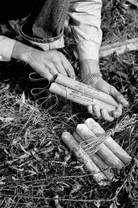 I candelotti di dinamite vengono avvolti e innescati per un'esplosione, 1955 circa