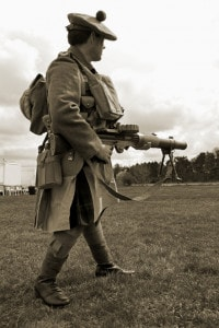 Soldato del Gordon Highlanders con una mitragliatrice tra le mani
