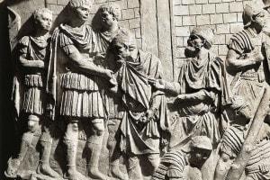 Colonna traiana: l'imperatore riceve due capi barbari